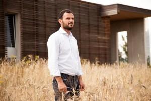▲マッシモさん。小麦畑の中に建つ理想を実現させた自社工場