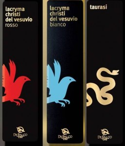 (デ・ファルコ・ヴィーニのワインラベルデザイン3種。左からラクリマ赤、白、タウラージ)